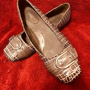 Gray flats w buckle accent